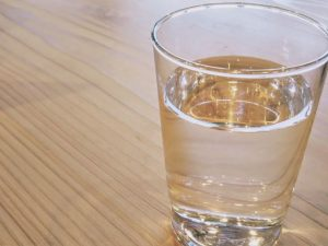 コップに入った水、お水