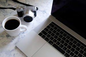 ノートパソコン、コーヒー、カメラ