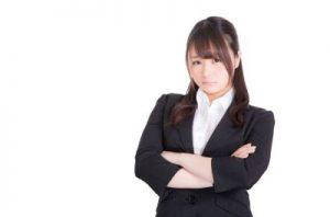 スーツ姿の就職活動女性