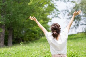 散歩、新緑、ストレス解消、手を伸ばす、ストレッチ、体操、運動、気分転換