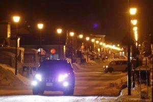 車のヘッドライト、照明、まぶしい、夜の運転、夜道