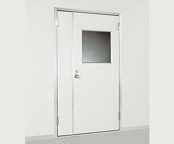 すりガラスが真ん中にあるドア
