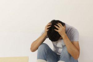 落ち込む、頭を抱える、悩む、ストレス、困る、困りごと、
