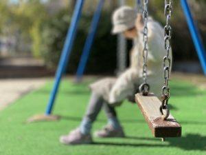 不登校、公園、ブランコ、落ち込む、独りぼっち、居場所がない