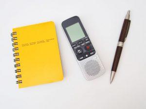 ボイスレコーダー、文字起こし、メモ帳、ペン、聴覚障害