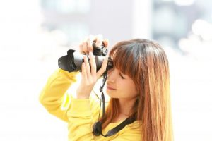 カメラを持つ女性、撮影