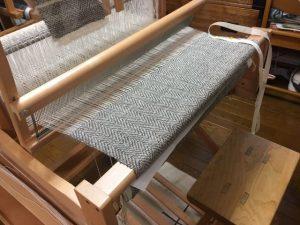 手織り機、機織り
